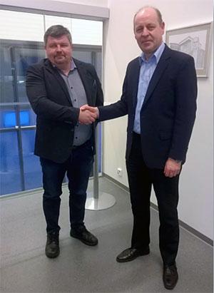 Kuvassa Mika Niskanen (vas) ja Juhani Romppainen kauppakirjan allekirjoitustilaisuudessa. Kauppa on sinetöity!