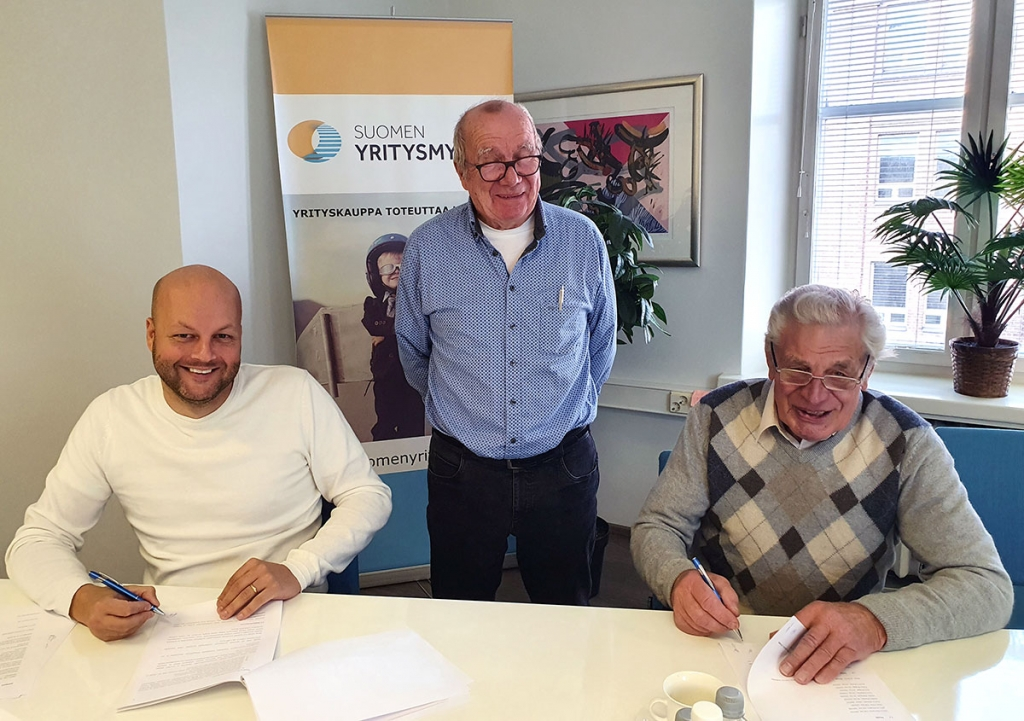 Kauppasopimus allekirjoitettiin lokakuussa 2020. Kuvassa (vas.) Seppo Kapanen (Leka Construction Oy), John Andergård ja perustajaosakas Hannu Rantanen.